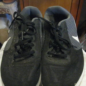 NIKE BLACK LACEUP SNEAKERS 7.5